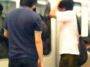 電車内の若者