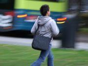 バス停に走る男