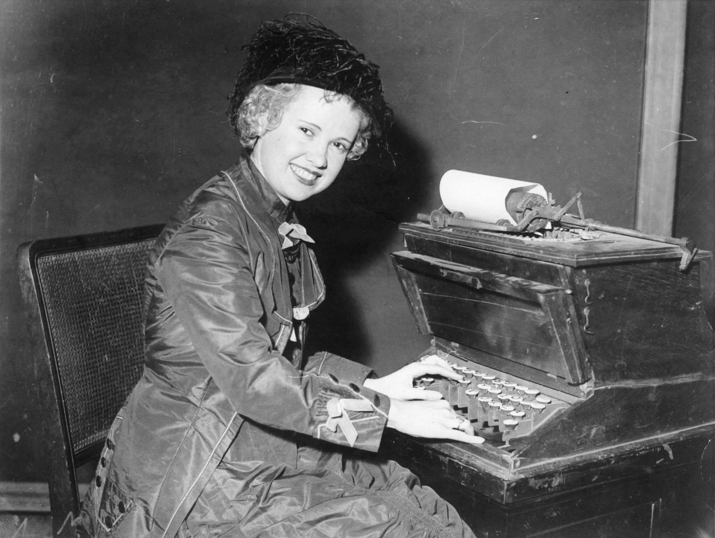 リリアン・ショールズに扮するアイリーン・ドナヒュー(1933年3月)