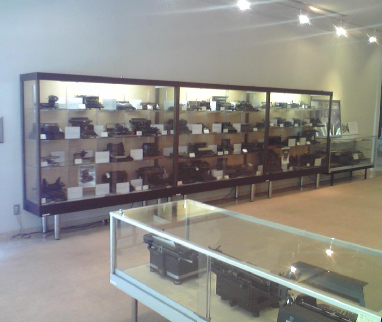 菊武学園タイプライター博物館のショーケース