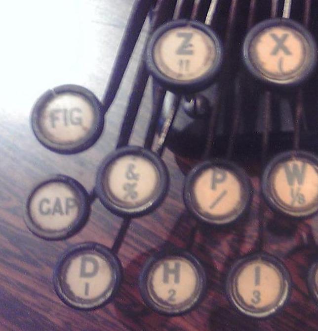 キーボード左端の「CAP」と「FIG」キー