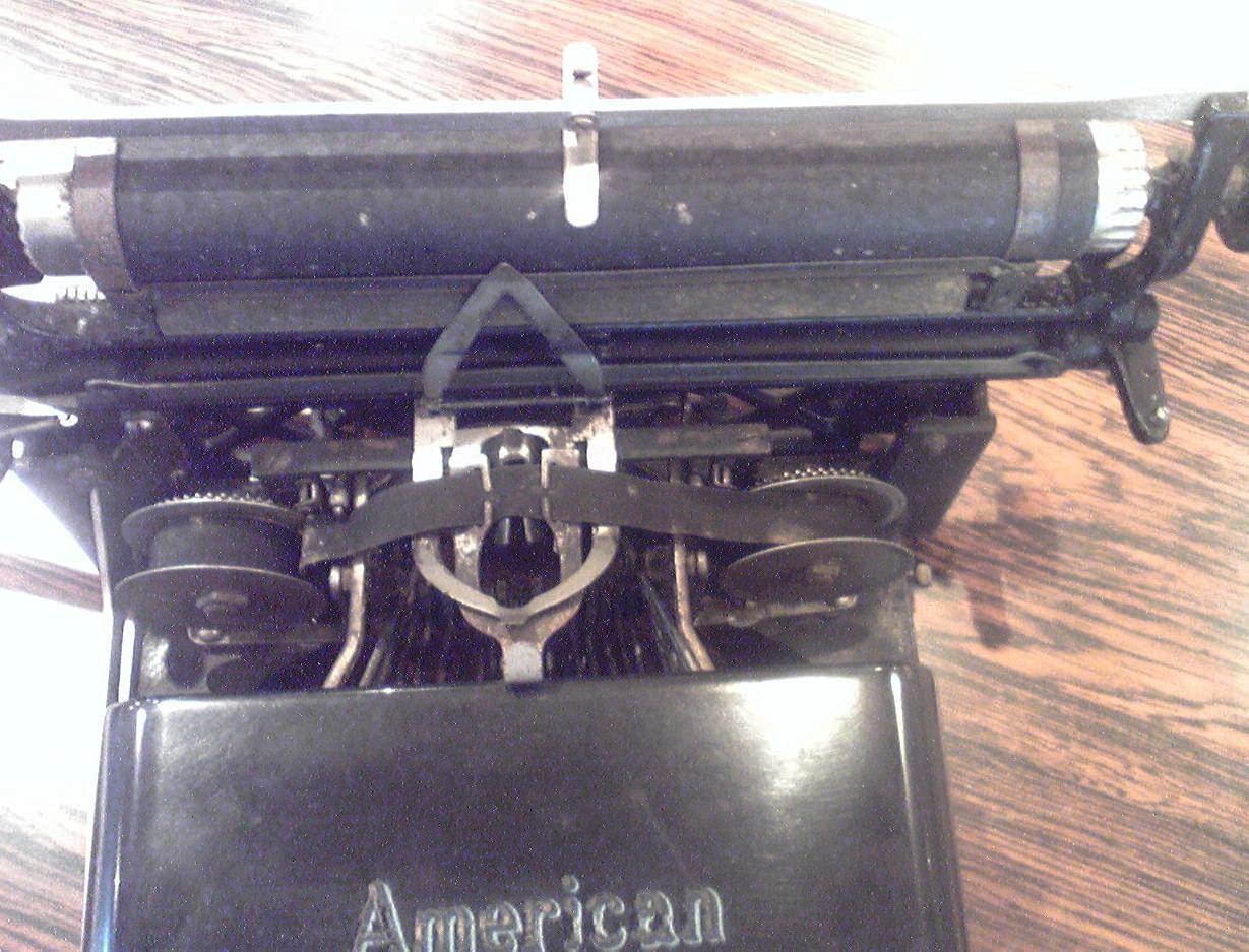 菊武学園の「American Model No.8」のプラテンを持ち上げる